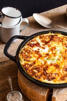 Casseruola di riso, verdure, formaggio e zucchine
