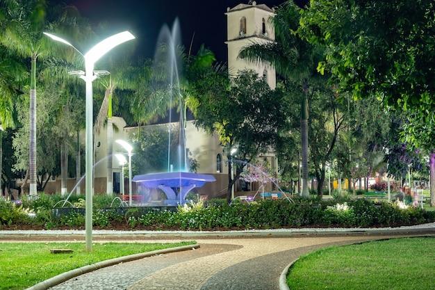 Cassilandia, mato grosso do sul, brasile - 05 28 2021: fontana di piazza sao jose nel centro di cassilandia