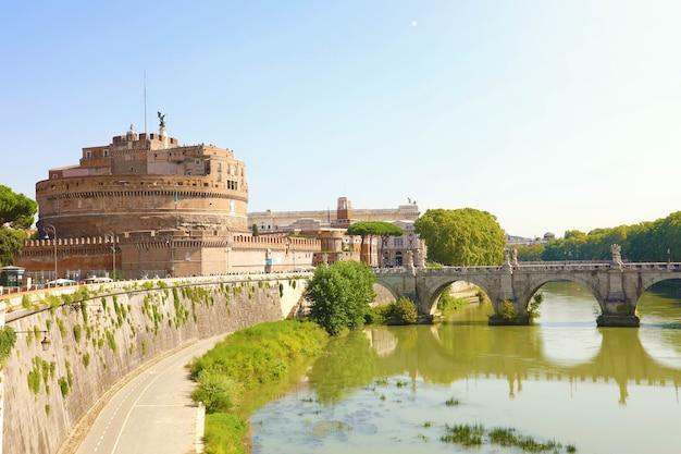 Castel sant angelo o mausoleo di adriano con ponte sant angelo a roma, italia