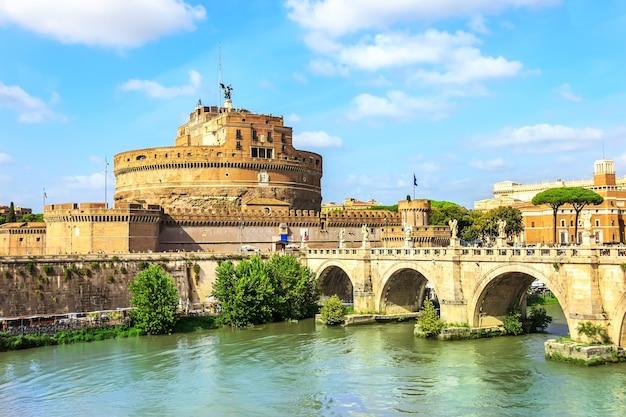 Castel sant'angelo e ponte sant'angelo, roma, italia.