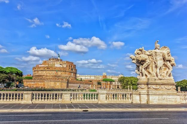 Castel sant'angelo e le statue del ponte vittorio emanuele a roma.