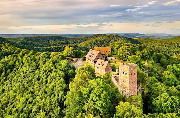 Castello di hunebourg nelle montagne vosges - basso reno, alsazia, francia