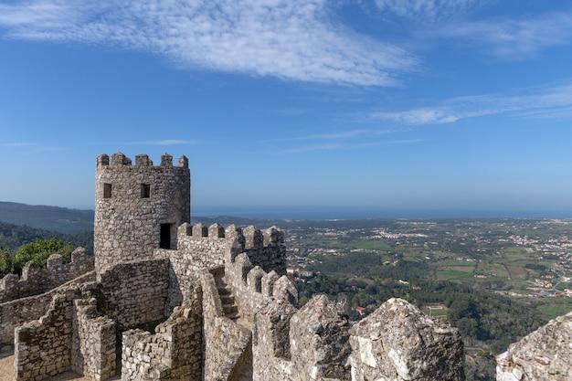 Castello dei mori (portoghese: castelo dos mouros) è un castello medievale dei mori a sintra, in portogallo
