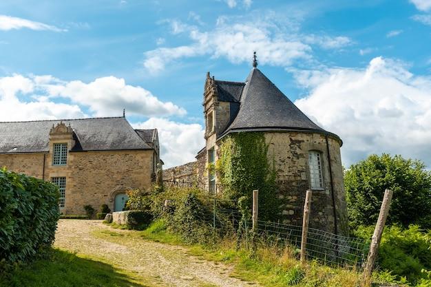 Parco del castello rochefort en terre nel villaggio medievale di rochefort-en-terre, dipartimento del morbihan nella regione della bretagna. francia