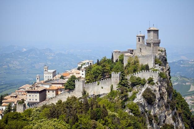 Castello di san marino sulla collina