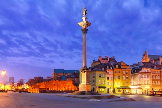 Quadrato del castello alla notte a varsavia, polonia.