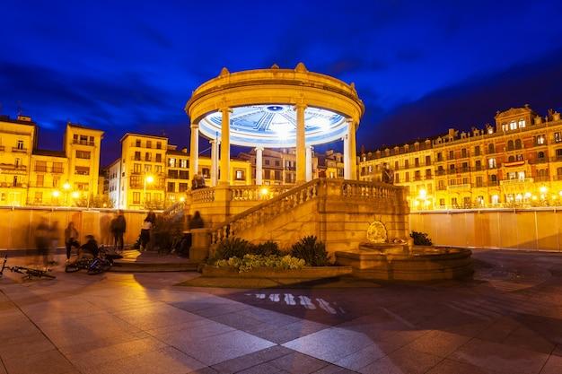 Piazza del castello o plaza del castillo nel centro di pamplona, regione della navarra in spagna