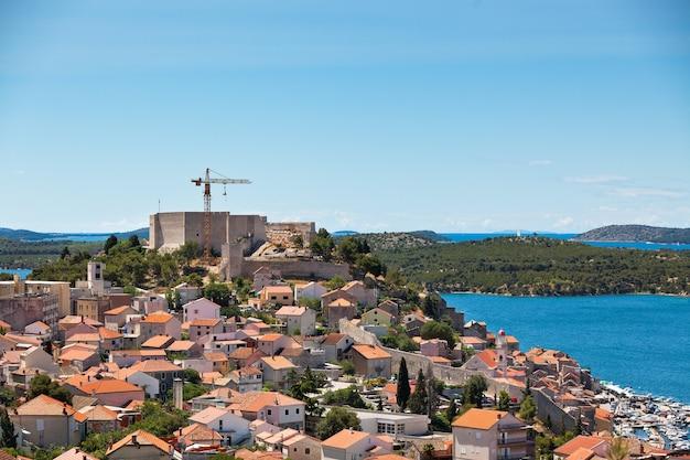 Castello di sant'anna in ricostruzione e vista di sibenik, croazia.