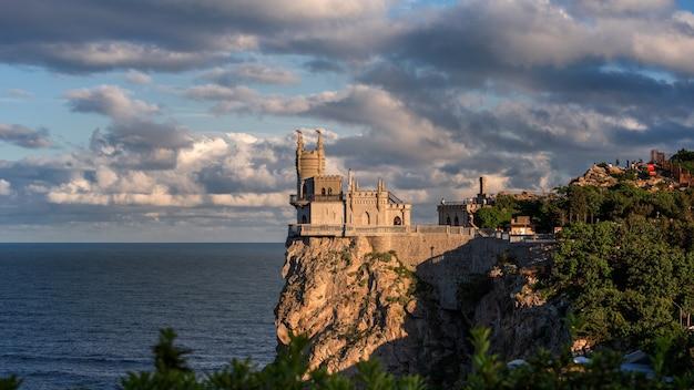Castello di swallow's nest sulla scogliera sopra il primo piano del mar nero, crimea, yalta. una delle attrazioni turistiche più popolari della crimea.