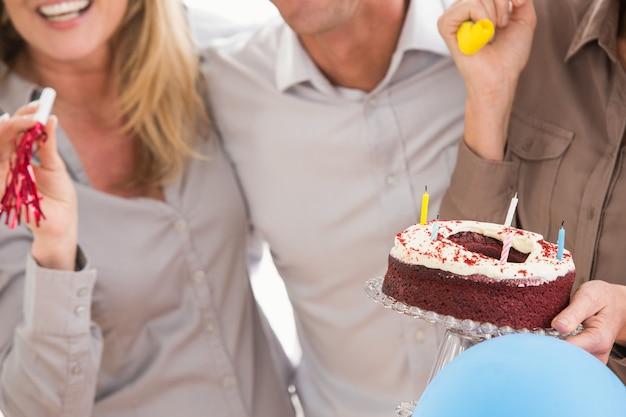 Gente di affari casuale che celebra compleanno nell'ufficio