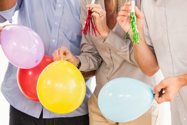 Gente di affari casuale che celebra compleanno