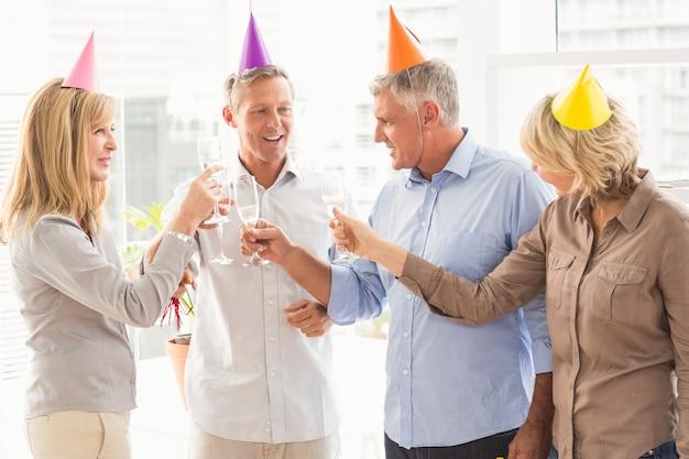 Gente di affari casuale che fa i pani tostati di compleanno
