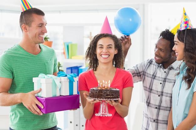 Squadra casuale di affari che celebra un compleanno