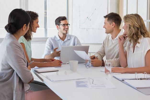 Squadra di affari casuali che hanno una riunione
