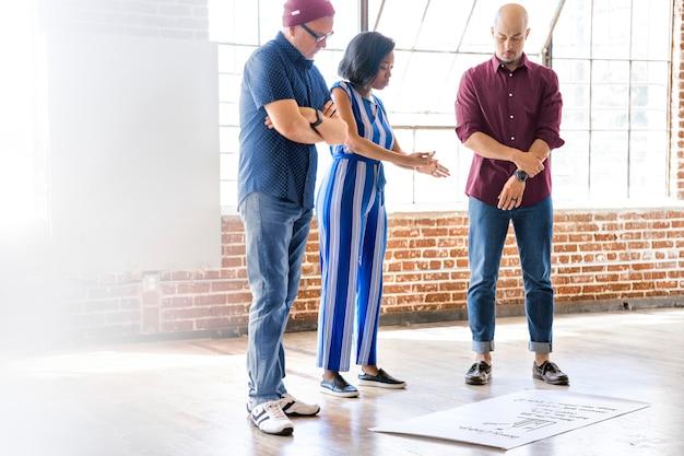Team aziendale casuale che lavora su un progetto