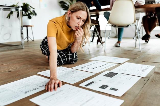 Imprenditrice casuale che pianifica un progetto