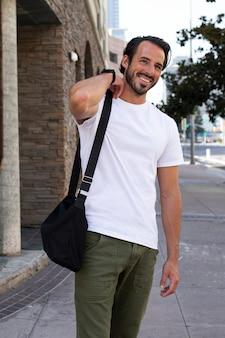 Uomo vestito casual che si dirige al servizio fotografico all'aperto al lavoro