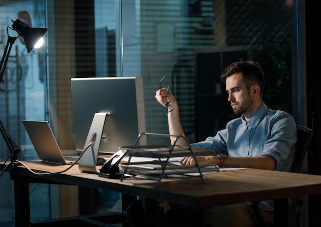 Impiegato occasionale in ritardo nell'ufficio