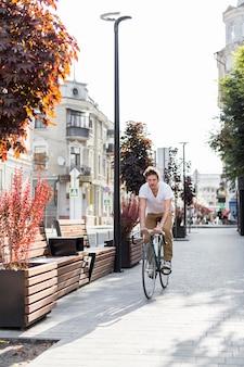 Bicicletta di guida maschile casual per lavorare