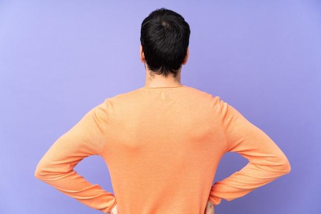 Vista posteriore dell'uomo casuale