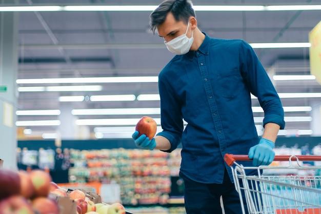 Uomo casuale che compra frutta nel periodo di quarantena