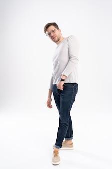 Uomo casual in piedi su sfondo bianco