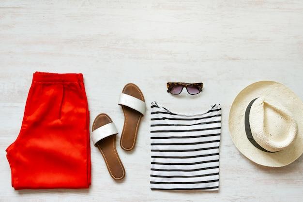 Set di abbigliamento femminile casual primavera / estate. copia spazio.