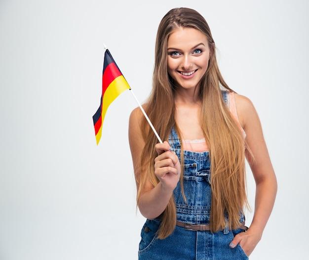 Donna casuale che tiene la bandiera della germania