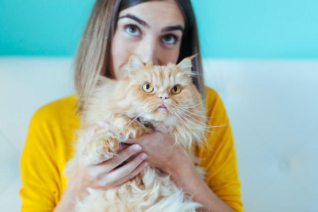 Gatto adottato da una donna adorabile