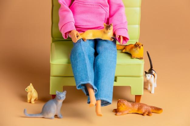 Cat lady con molti gatti in poltrona. scena con bambole