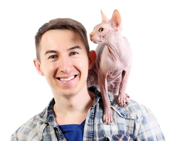 Sphynx del gatto che si siede sulle spalle del giovane, isolato su bianco
