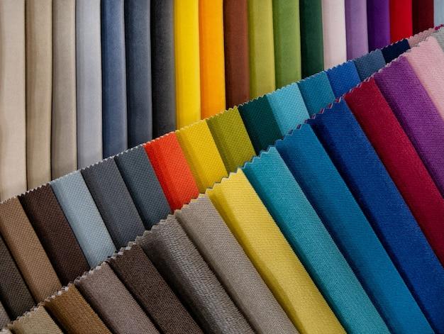 Catalogo di campioni di tessuti colorati luminosi per la produzione di mobili. collezione di tessuti per mobili.