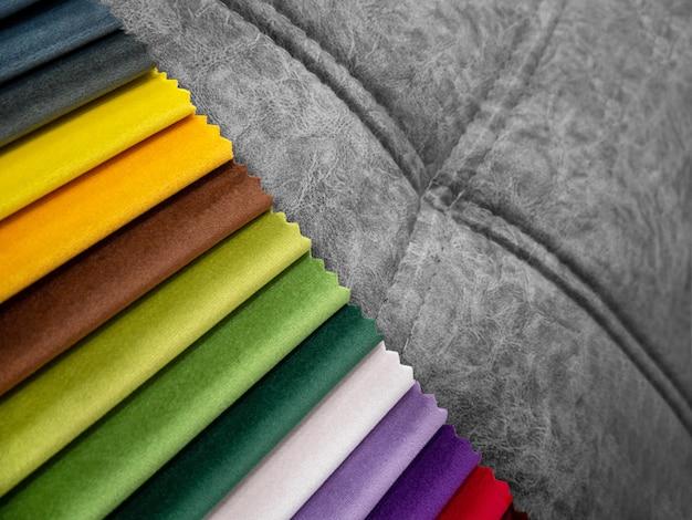 Catalogo di campioni di tessuti colorati luminosi per la produzione di mobili. collezione di tessuti per mobili