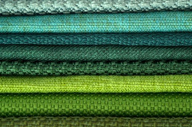 Catalogo di stoffa multicolore da stuoia tessuto texture di sfondo, tessuto di seta trama, industria tessile con sfondo sfocato, tessuto di cotone colorato, macro, catalogo dei tessuti