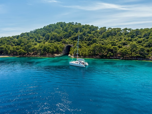 Catamarano sullo sfondo dell'isola. catamarano vicino all'isola.