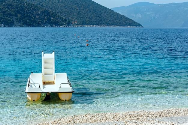Catamarano sulla spiaggia. estate vista mare antisamos, cefalonia, grecia.