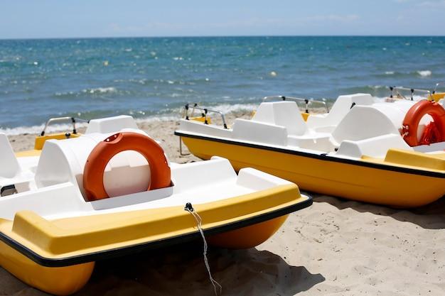Catamarani in spiaggia di sabbia con salvagenti