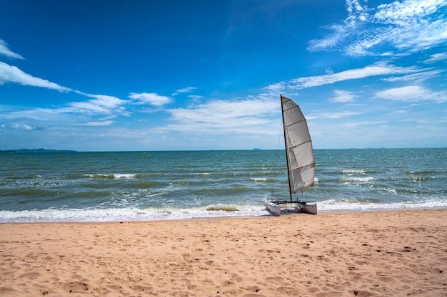 Catamarano a vela sulla spiaggia