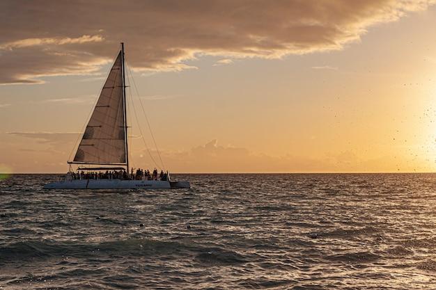 Catamarano sul mare al tramonto nel mar dei caraibi
