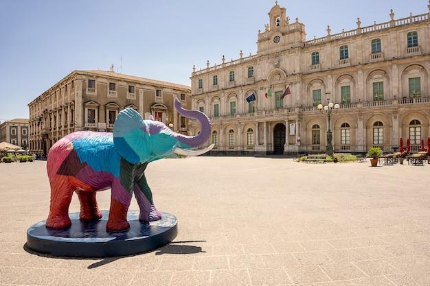 Catania, italia - 30 maggio 2021/ piazza dell'università, centro storico di catania, rappresentazione artistica dell'elefante, chiamato