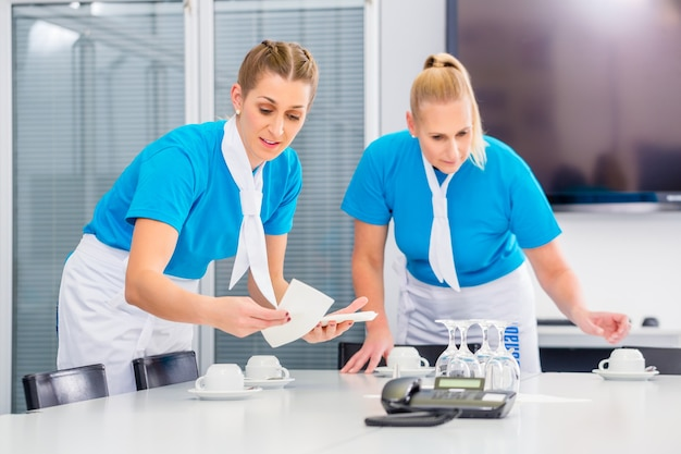 Servizio di catering prepara pranzi di lavoro in ufficio
