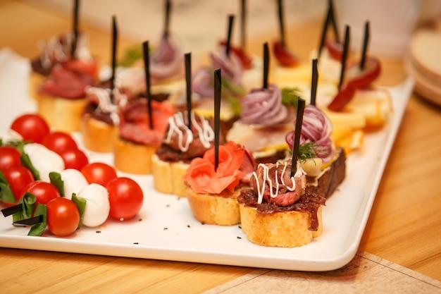 Tavolo per banchetti di catering con snack di cibo diverso sull'evento