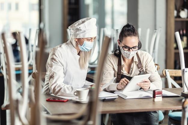 Gli imprenditori della ristorazione calcolano le perdite per la chiusura forzata durante la pandemia.