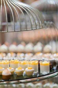 Ristorazione alimentare, dessert e dolce, mini tartine, stuzzichini e stuzzichini, cibo per l'evento, dolciumi