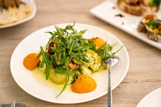 Catering servire la tavola insalate con rucola per le feste