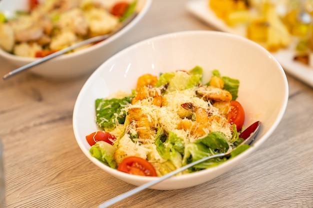 Catering al servizio della tavola con le insalate per le feste