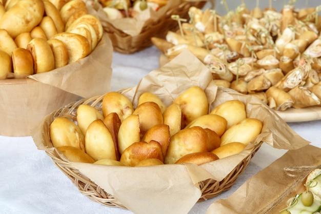 Catering di snack, tartine e polpette sul tavolo
