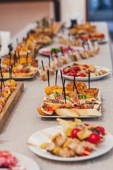 Servizio di catering al ristorante prima della festa.