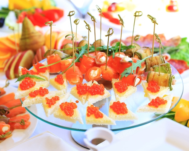 Servizio tavola catering con posate e calici in vetro al ristorante prima della festa