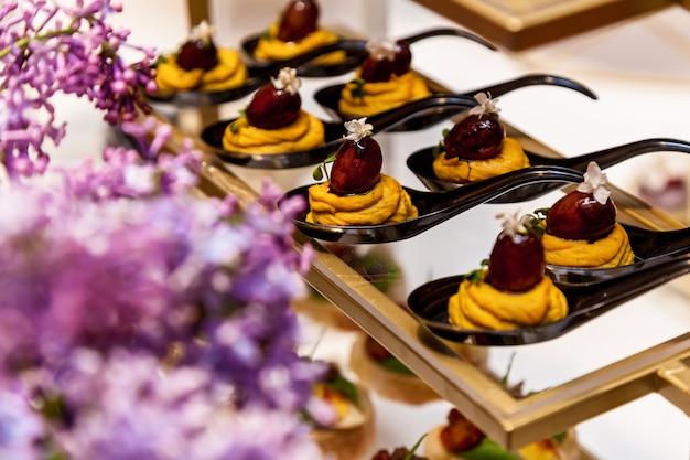 Ristorazione, vari deliziosi dessert su piatti a buffet. catering, stuzzichini assortiti ai piatti